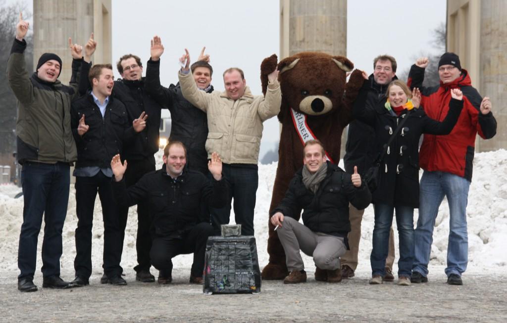 Der 9. Studienkurs 2012/13 mit dem Berliner Bären vor dem Brandenburger Tor: