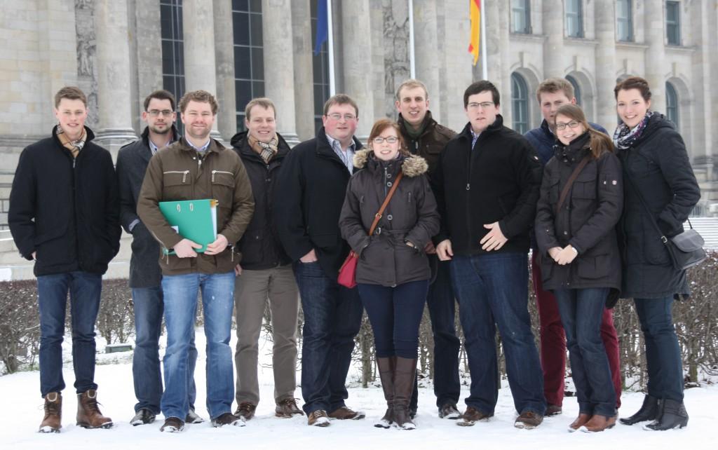 Der 10. Studienkurs vor dem Reichstagsgebäude in Berlin