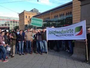 Die Junglandwirte und die Niedersächsische Landjugend treffen sich am Hauptbahnhof, um gemeinsam zum offiziellen Startpunkt der Demo am HDI-Stadion zu gehen.