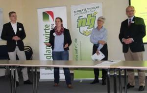 v.l.: Henning Schulte (Agrar-Ausschuss NLJ), Katrin Carl (Stellv. Vors. Junglandwirte Niedersachsen), Kristine Kindler (Milchwirtschaftliche Vereinigung Niedersachsen) und Dr. Christian Schmidt (GF Marketing-Gesellschaft)